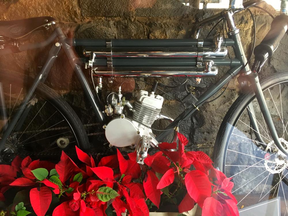 Motorisierten Fahrrades im Bordtrackracer-Stil