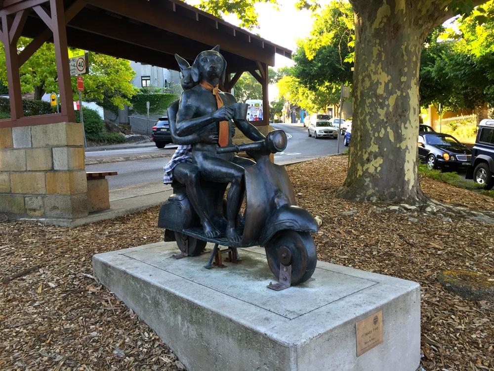 Statur Motorroller mit Hund und Hase