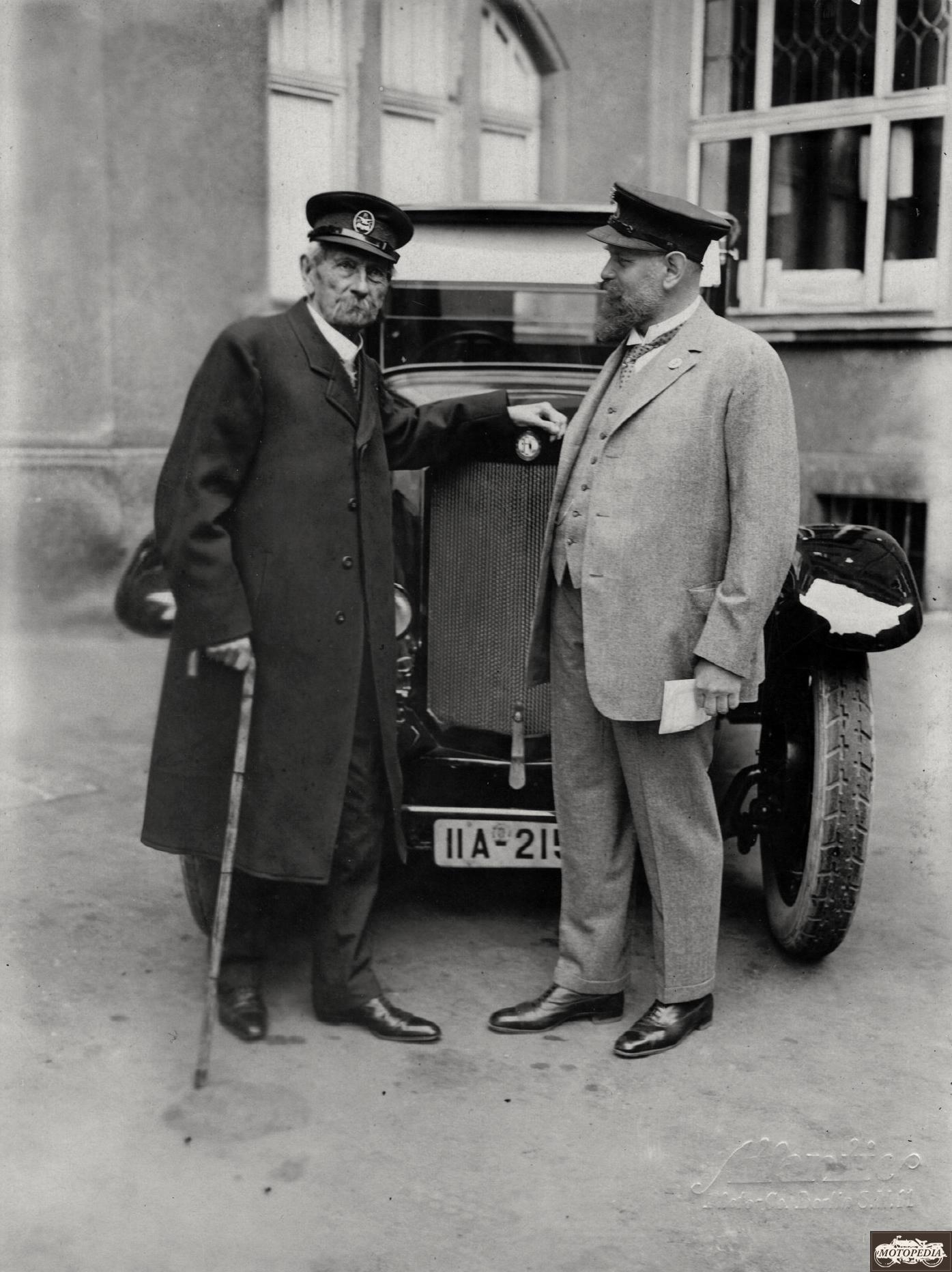 Dr. Karl Benz mit seinem Sohn Eugen.