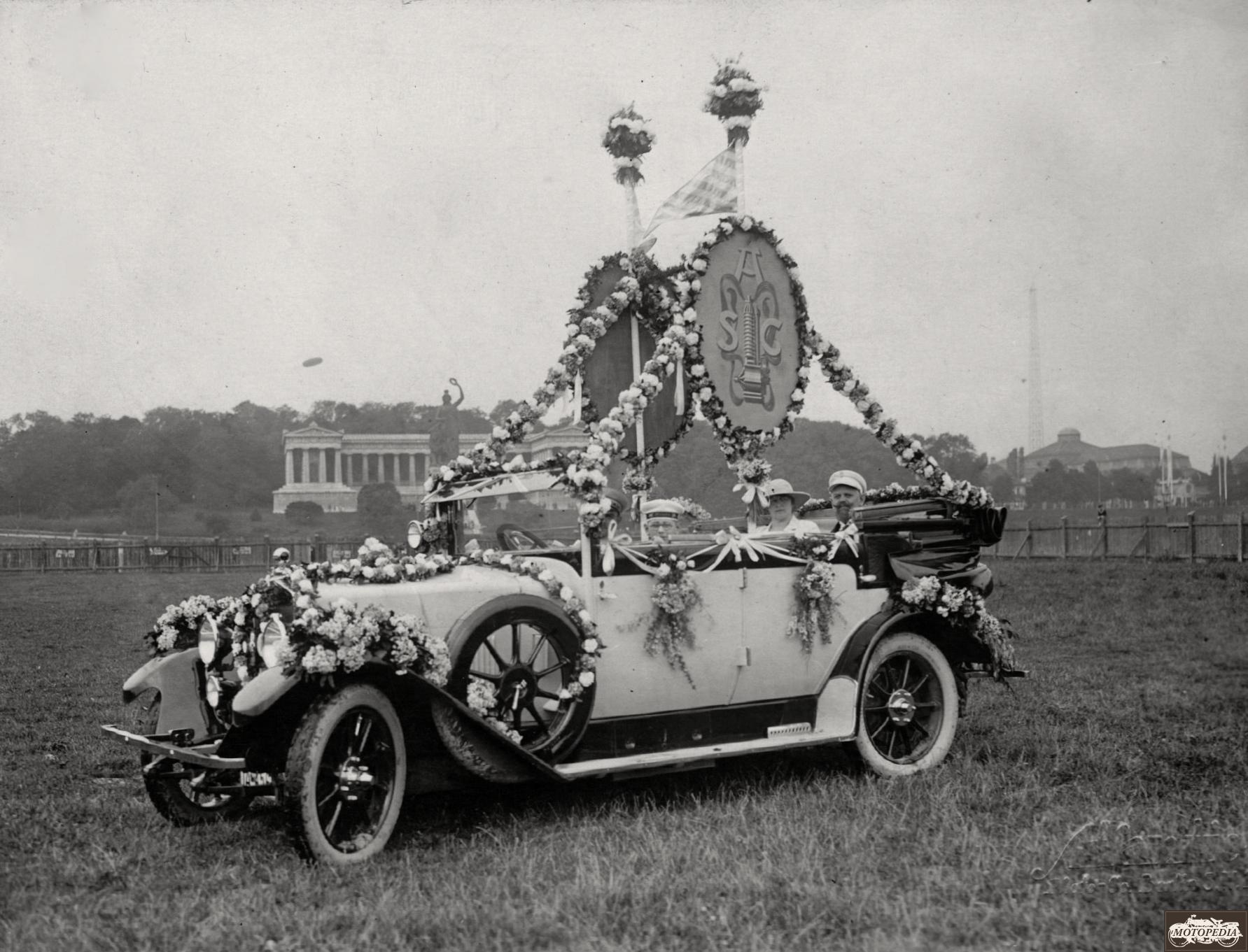 Horch-Wagen des Ehrenpräsidenten des A.S.C. Gustav Braunbeck der dem historischen Korso voran fuhr.
