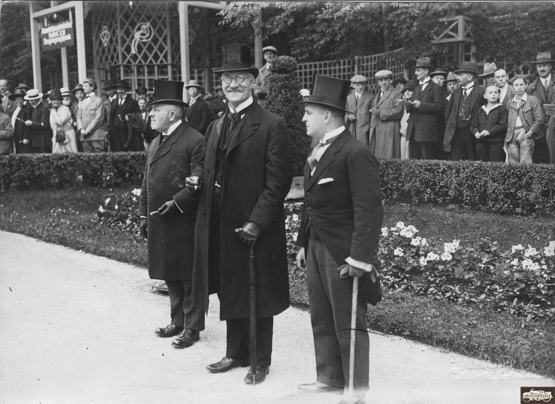 Honoratioren des Allgemeinen Schnauferl-Club (gegründet 1900) anlässlich des 25-jährigen Jubiläums