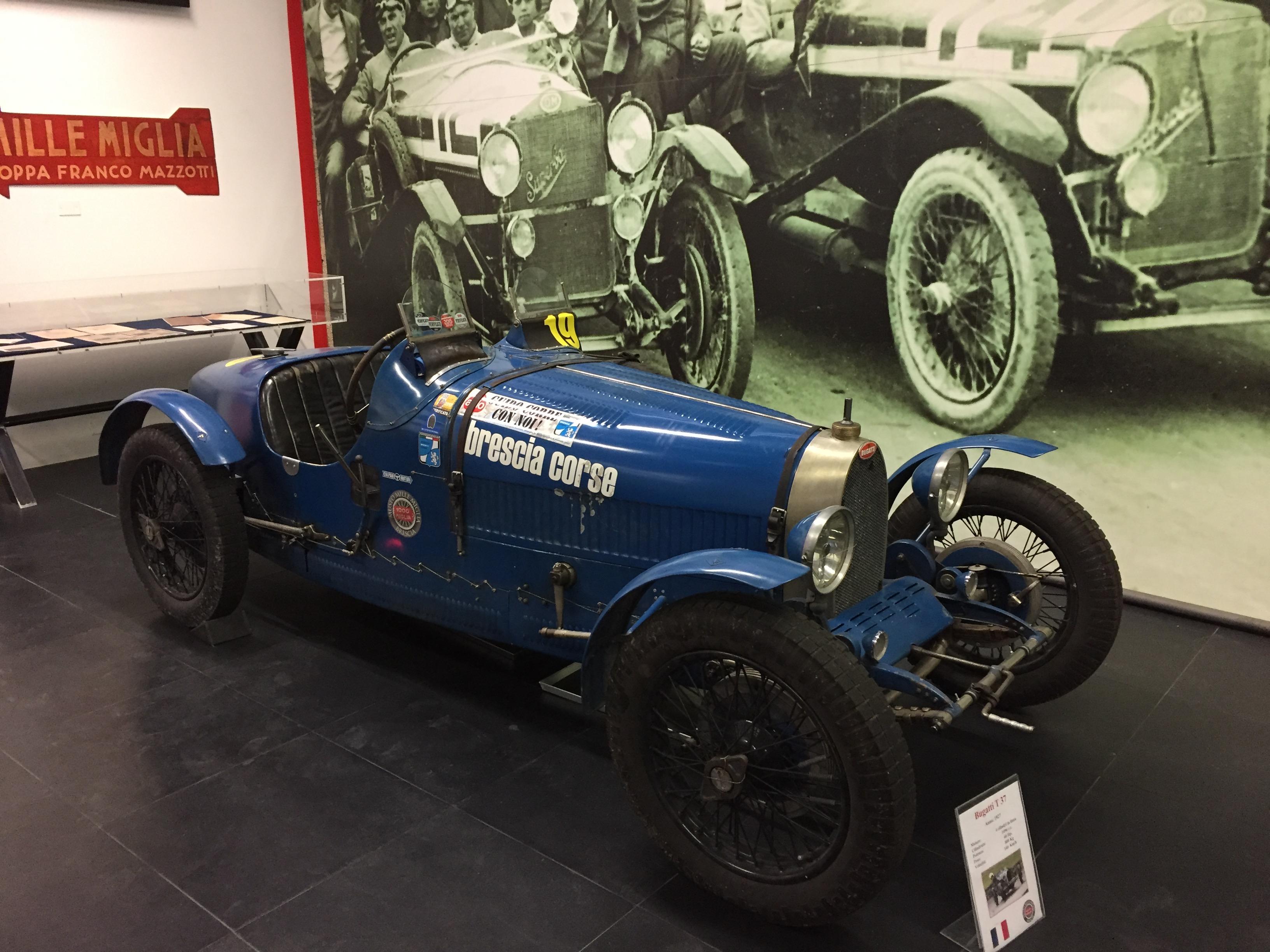 Bugatti T 37 vor einer schön gestalteten Fotowand